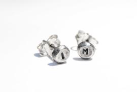 Handgemaakte sterling zilver oorstekers met initialen