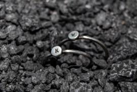 Handgemaakte gehamerde sterling zilver ring met initiaal