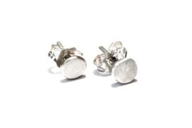 Handgemaakte sterling zilver oorstekers met 5mm zilveren steentje van gerecycled zilver