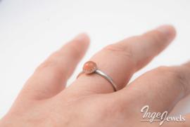 Handgemaakte zilveren ring met 6mm roze maansteen cabochon