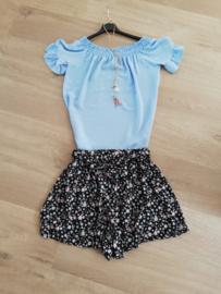blouse met ketting en boothals lichtblauw
