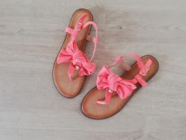 sandaaltje in oranje met strik en parel