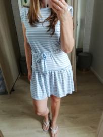 jurk met streepjes en frulletje lichtblauw