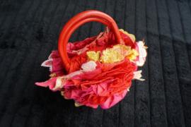 Colorique, bolvormig klein handtasje met 3d applicaties, rozetten en rijk gedecoreerd, houten handgrepen.