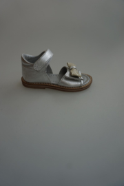 Hip, leren sandaaltje met strikje, klittenbandsluiting, zilver