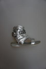 Freesby, metallic leren sandaal met bandje met studs, ritsje, niet tussen de tenen! zilver 24