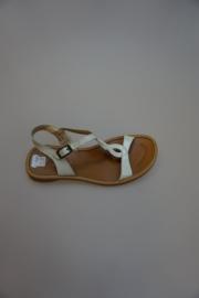 Mod8, leren sandaaltje met gespsluiting, wit lakleer, vernis, wit antic