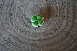 Jibbitz, klavertje vier  groen met wit