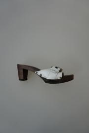 Softclox, gladleren band met verstelbare gesp, houten slipper met klein hakje, wit