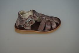 Bana , T band sandaal, met gespsluiting,  dichte neus en hiel,bruin met lichte finish, 21