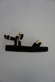 Högl, nubuck leren sandaal op rechte plateau zool, gouden bollen als studs, stoer model, zwart