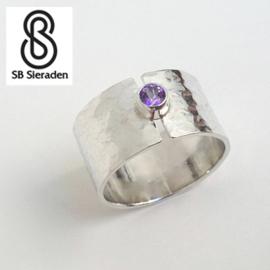 Brede zilveren ring met 1 edelsteen