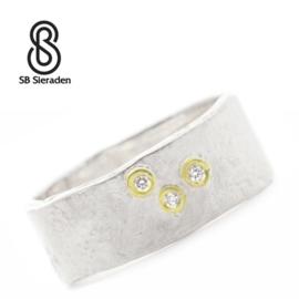 Brede zilveren ring met 3 diamanten