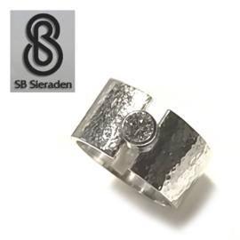 Brede zilveren ring met 1 zirconia 4mm