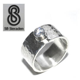 Brede zilveren ring met 1 zirconia 5mm