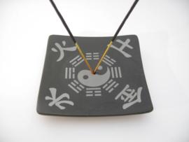 Wierookhouder zwart porcelein met Yin Yang en Jin Shui Tu en Hao