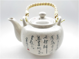Theepot met chinees gedicht, wit/creme incl theezeef