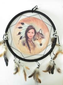 Ronde native dromenvanger met indiaanse vrouw en een wolf
