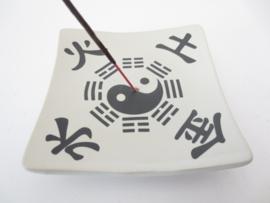 Wierookhouder wit porcelein met Yin Yang en Jin Shui Tu en Hao
