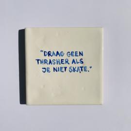 """Tegel: """"Draag geen Thrasher als je niet skate."""""""