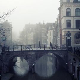 Print 'Voetgangers op de Maartensbrug in de mist'