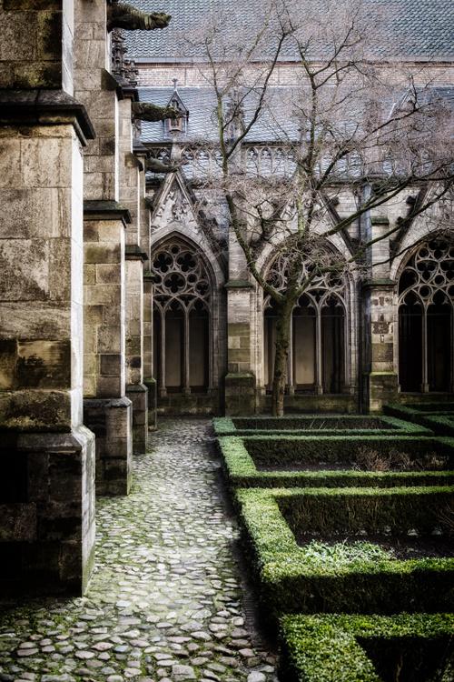 Print 30x45cm:  'In de pandhof van de Domkerk Utrecht'