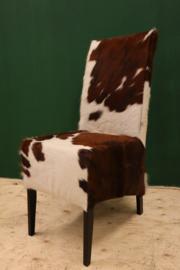 Koeienhuid eetkamer stoel bruin wit.