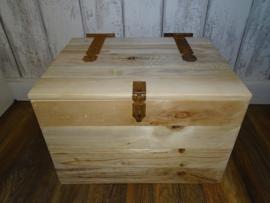 Kist met oude scharnieren en slot