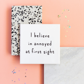 Tegel met grappige tekst I BELIEVE IN ANNOYED AT FIRST SIGHT - wit 15 x 15 cm