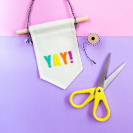 Mini muurvlag met leuke tekst YAY! - 10 cm x 15 cm met vilten letters