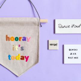 Muurvlag met de vrolijke tekst HOORAY IT'S TODAY - 21 cm x 32 cm katoen in linnenlook met gekleurde letters van vilt