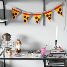 Vrolijke slinger met pizzapuntjes - Volledig handgemaakt van katoen en vilt