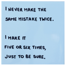Tegel met grappige tekst I NEVER MAKE THE SAME MISTAKE TWICE I MAKE IT FIVE OR SIX TIMES JUST TO BE SURE - Lichtblauw 15 cm x 15 cm