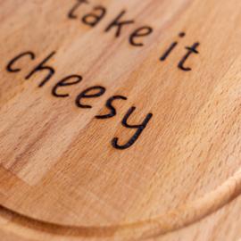 Kaasplank met grappige tekst TAKE IT CHEESY - Beukenhouten snijplank met een diameter van 25 cm