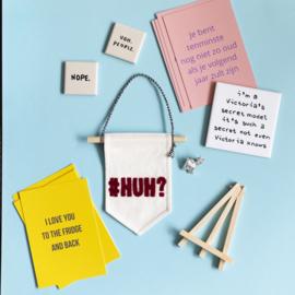 Mini muurvlag met grappige tekst #HUH? - 10 cm x 15 cm ongebleekt katoen met tekst van vilt