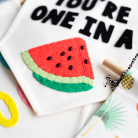 Muurvlag met vrolijke tekst YOU'RE ONE IN A MELON - 18 cm x 25 cm crème kleurig katoen met afbeelding van vilt