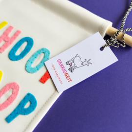 Muurvlag met vrolijke tekst WHOOP WHOOP - 18 cm x 25 cm crème kleurig katoen met gekleurde letters van vilt