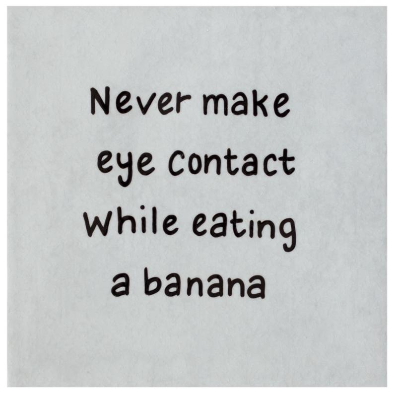 Tegel met de wijze levensles NEVER MAKE EYE CONTACT WHILE EATING A BANANA - lichtgrijs 15 cm x 15 cm