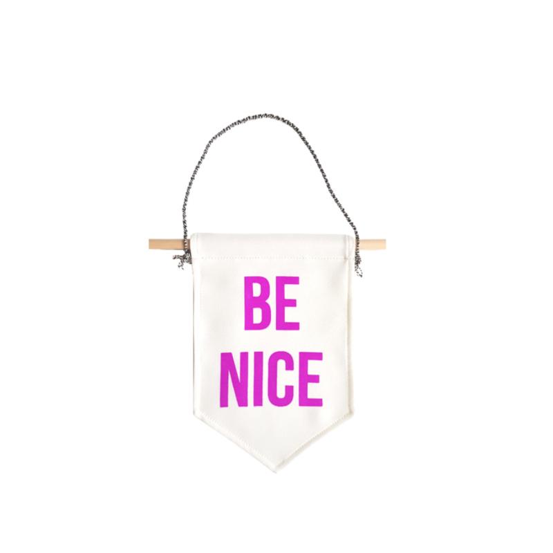 Muurvlag met de tekst BE NICE - 18 cm x 25 cm crème kleurig katoen