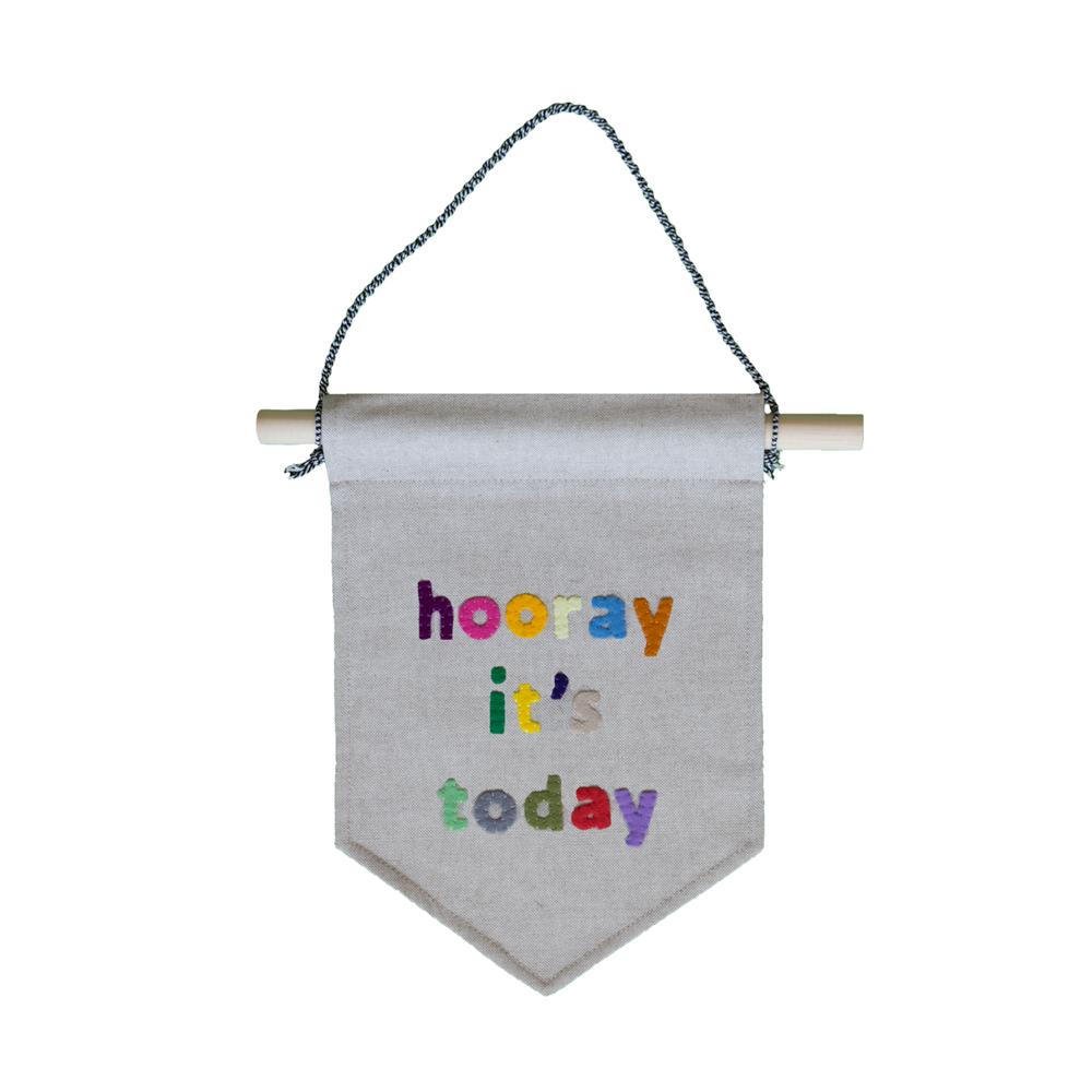 muurvlag-met-de-tekst-hooray-it's-today-van-gekkiggeit