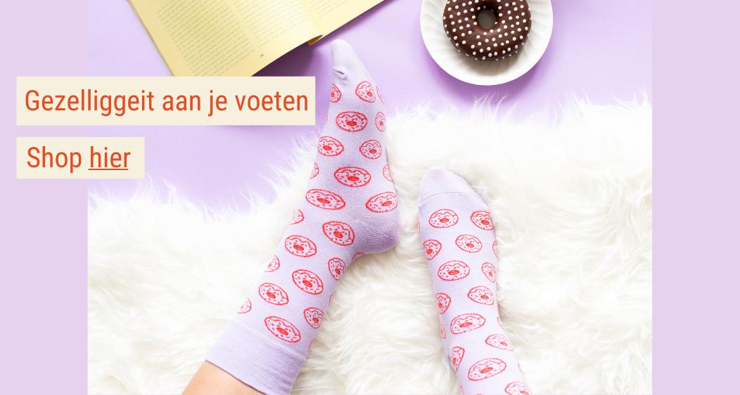 https://cdn.myonlinestore.eu/94909bc3-6be1-11e9-a722-44a8421b9960/images/zin-in-gezelligheid-aan-je-voeten-trek-dan-de-sokken-van-gekkiggeit-aan-klik-hier-om-naar-de-sokkenpagina-te-gaan