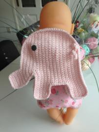 Pakket gehaakt rugzakje olifantje Sophie voor de pop