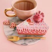 Taartdoosje incl een lekker theetje om samen een pot van te zetten en twee chocolaatjes.
