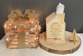 Houten tissu-huisje met gegraveerde tekst (incl 1 tissu-doos)