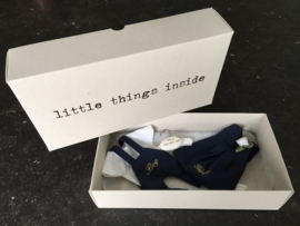 Doosjes met geborduurd broekje en kleedje