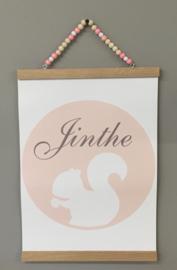 Houten handgemaakte posterhouder met kralen kleur roze/wit