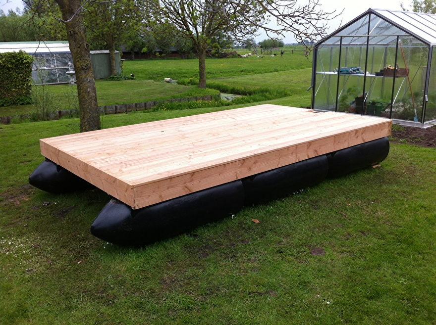 Kunststof ponton met houten frame