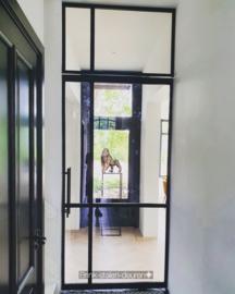 stoere stalen taatsdeur met bovenlicht