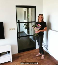 stalen taatsdeur van een gelukkige klant