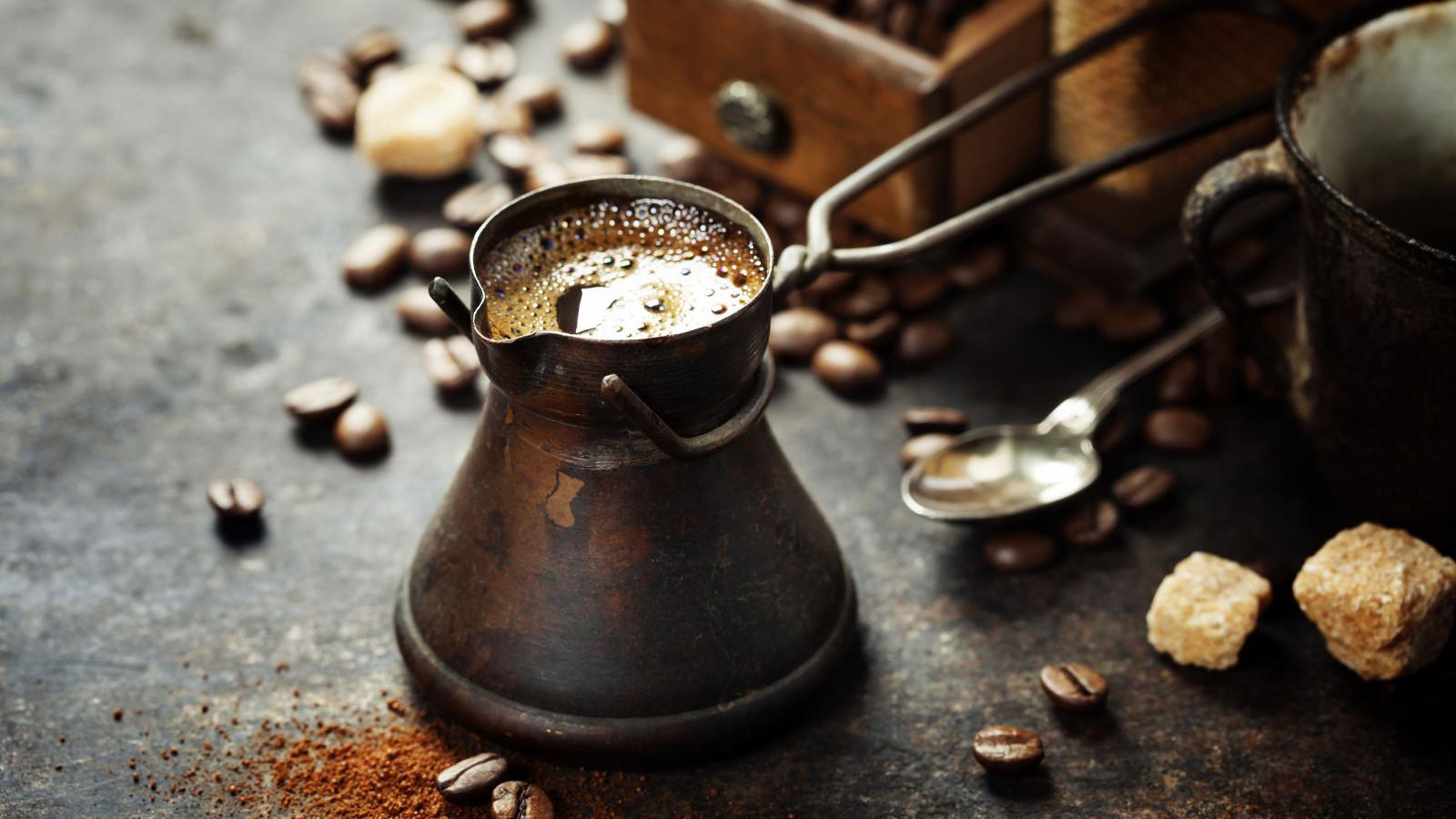 Koffiemolen met koffie